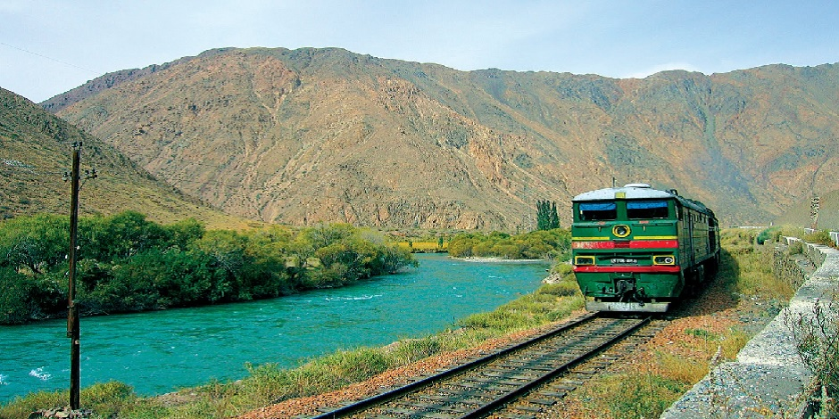 Train Registan près d'une rivière