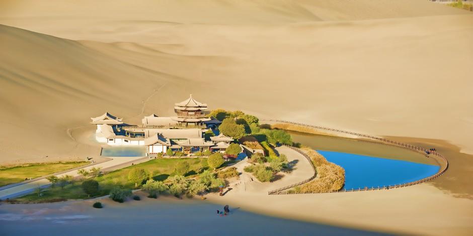 Oasis de Dunhuang avec monastère