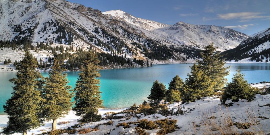 Le grand Lac Almaty dans le Zaili Alatau