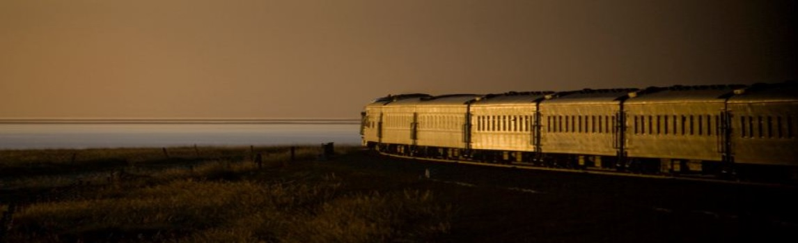 Le train près d'un lac