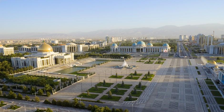 Square central d'Ashgabat avec le palais présidentiel