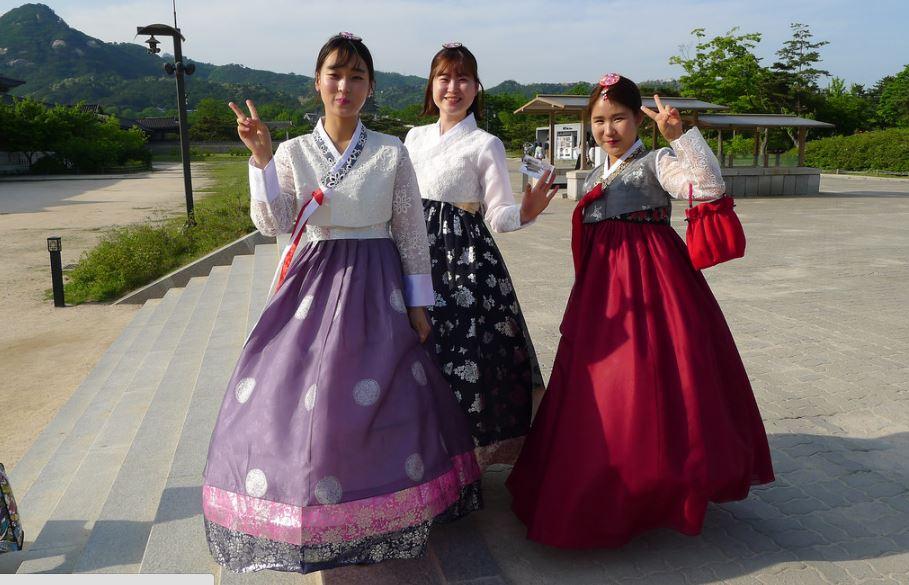 Jeunes filles en costumes traditionnels